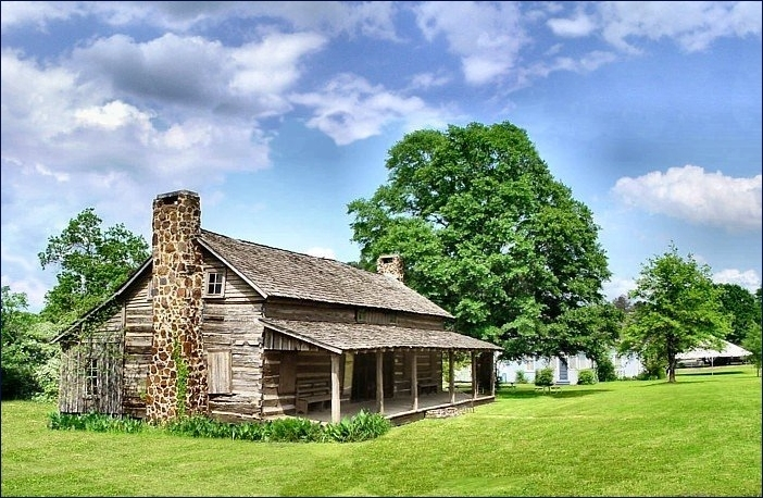Picture of the Sitton Log House in Historic Nacogdoches